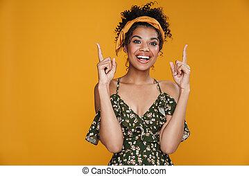 vingers, omhoog, wijzende, afrikaanse amerikaan, het glimlachen, beeld, vrouw