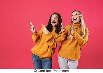 vingers, terwijl, vrouwen, terzijde, het glimlachen, beeld, opgewekte, wijzende, mooi