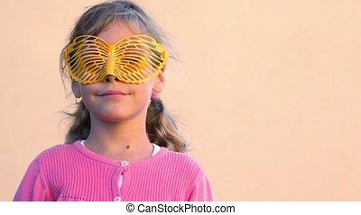 vlinder, dan, hen, aanhebben, vorm, verwijdert, meisje, bril