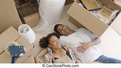 vloer, paar, hun, aantrekkelijk, thuis, het liggen
