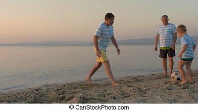 voetbal, mannen, drie, strand, spelend, generaties