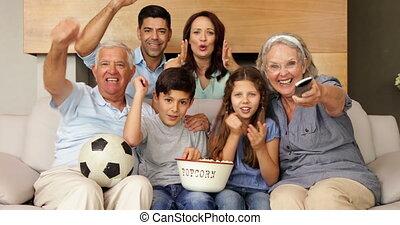 voetbal, schouwend, gelukkige familie, breidde uit