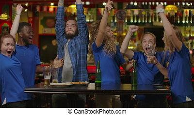voetbal, schouwend, vrienden, of, voetbalsupporters, bar.