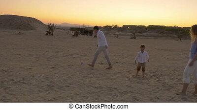 voetbal, strand, spelend, gezin
