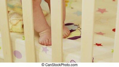 voetjes, de voederbak van de baby, jongen