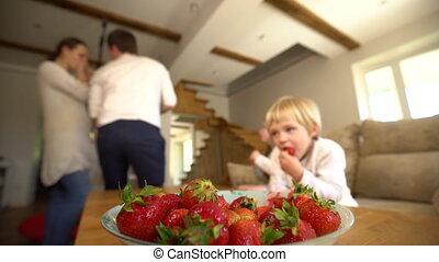volle, gezin, rijp, kom, handheld, vaag, berries., aardbeien, leden, eten