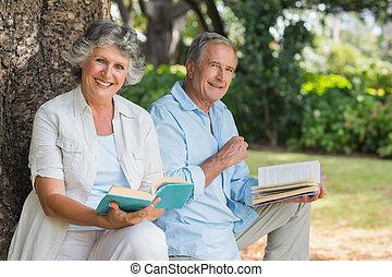 volwassen paar, boekjes , lezende , het glimlachen, samen