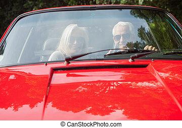 volwassen paar, cabriolet, het glimlachen, rood
