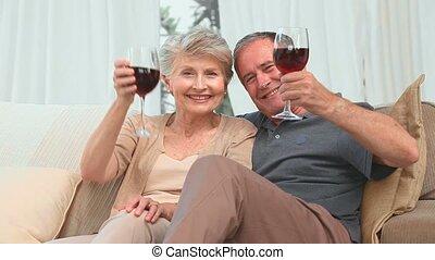 volwassen paar, het genieten van, wijn glas, rood