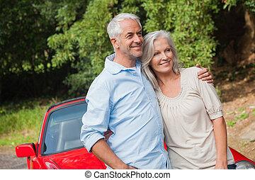 volwassen paar, het poseren, hun, converteerbaar, rood, vrolijke