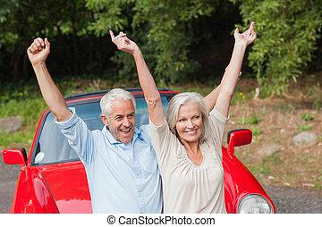 volwassen paar, het poseren, hun, converteerbaar, vrolijk, rood