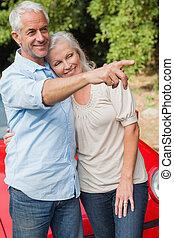volwassen paar, het poseren, hun, het glimlachen, converteerbaar, rood