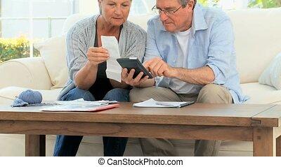 volwassen paar, huiselijk, hun, het berekenen, rekeningen