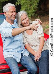volwassen paar, hun, het glimlachen, converteerbaar, rood, zittende
