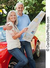 volwassen paar, lezende , kaart, samen, vrolijke