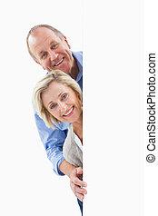 volwassen paar, muur, het glimlachen, achter