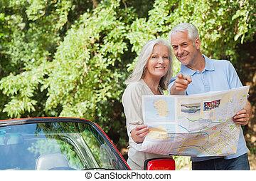 volwassen paar, richting, het kijken, het glimlachen