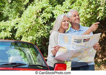 volwassen paar, richting, lezende , het kijken, vrolijk, kaart