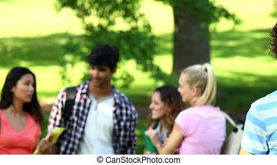 vrienden, het glimlachen, fototoestel, student