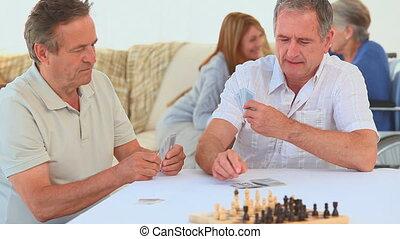 vrienden, kaarten, twee, bejaarden, spelend