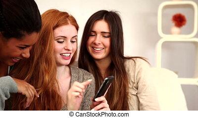 vrienden, mooi en gracieus, gebruik, jonge, smartphone