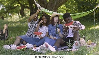 vrienden, tuin, boeiend, vier, smartphone, selfie
