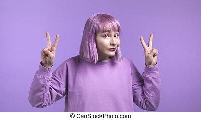 vrijstaand, viooltje, ironie, niet, gebaar, achtergrond., concept., vrouw, sarcasme, kromming, lucht, mooi, twee vingers, haar, handen, paarse , gekke , op, het tonen, vervend, citaten