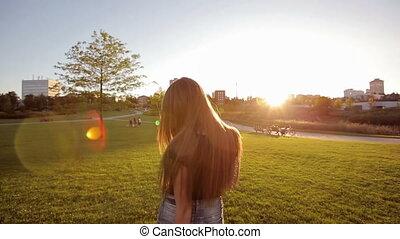 vrolijk, ondergaande zon , wandelende, vrouw, park