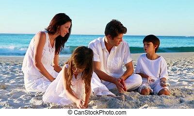 vrolijk, zittende , gezin, zand