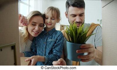 vrolijke , bezittingen, familie beeltenis, gedenkwaardig, gedurende, kind, verhuizing, het kijken, spullen, uitpakken