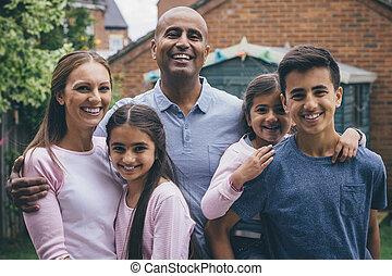 vrolijke , buitenshuis, gezin