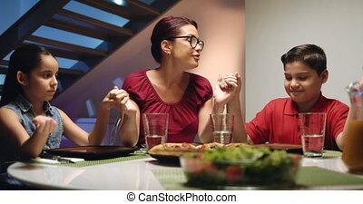 vrolijke , eten, family dinner, thuis, biddend, voor