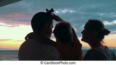 vrolijke , het genieten van, ondergaande zon , gezin, kind