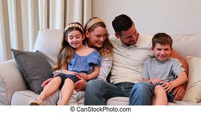 vrolijke , jonge, zittende , gezin, sofa