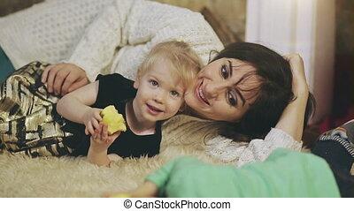 vrolijke , kind, het liggen, haar, moeder