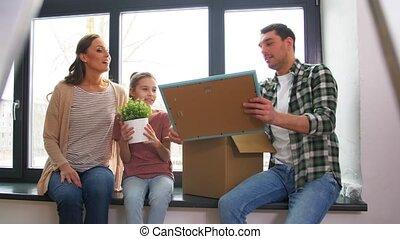 vrolijke , kind, verhuizing, gezin, nieuw huis
