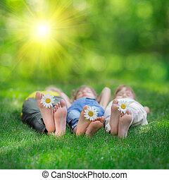 vrolijke , kinderen spelende, buitenshuis