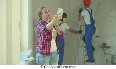 vrolijke , maakt, aannemer, achtergrond, foto, vrouw, werken