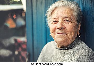 vrolijke , oud, buiten, oude vrouw, het glimlachen