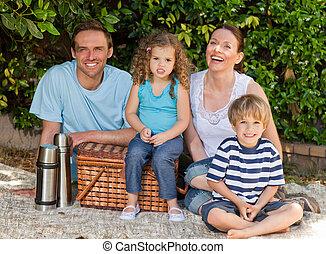 vrolijke , picnicking, gezin, tuin