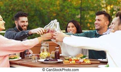 vrolijke , rooftop, feestje, het roosteren, vrienden, dranken