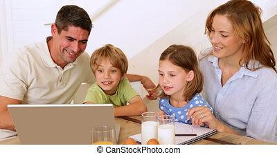 vrolijke , samen, gezin, gebruikende laptop