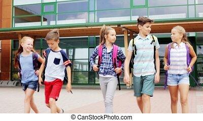 vrolijke , scholieren, wandelende, groep, school, elementair