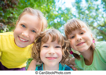 vrolijke , spelend, groep, kinderen, buitenshuis