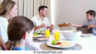 vrolijke , ta, diner, gezin, jonge