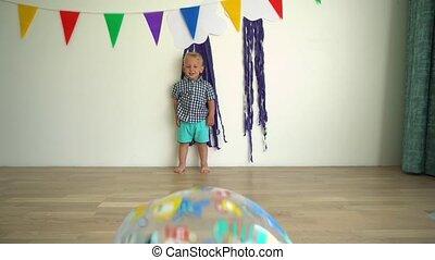 vrolijke , toddler, gimbal, motie, jongen, spelend, hebben, kind, actief, gekke , fun., ball.