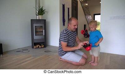 vrolijke , vader, slijtage, handschoenen, baby zoon, hulp, boxing, rood, home., motie, jongen, gimbal