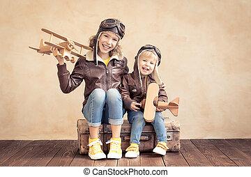 vrolijke , vliegtuig, speelbal, kinderen spelende