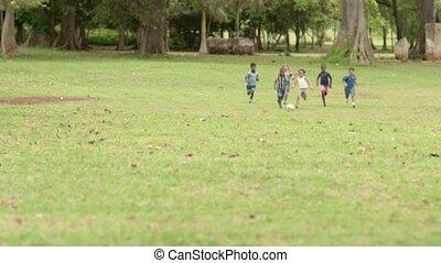 vrolijke , voetbal, spelende kinderen