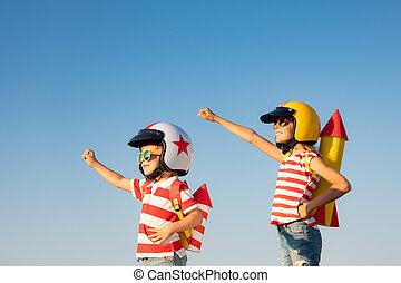 vrolijke , zomer, spelende kinderen, buiten